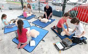 Marseille le 20 juin 2012 - A l'occasion des dix ans de la caserne de pompiers de la canebière , une initiation aux gestes de secourisme pour les enfants a lieu au square Léon Blum