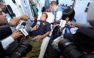 Le naufragé salvadorien José Salvador Alvarenga, installé dans une ambulance pour être conduit à l'hôpital de Santa Tecla, répond aux journalistes, le 11 février 2014 au Salvador