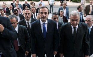 """Le Premier ministre conservateur grec Antonis Samaras s'est engagé jeudi à """"sortir le pays de la crise"""" à la tête du nouveau gouvernement d'union nationale, dont la priorité sera de rénégocier avec l'UE et le FMI le plan d'austérité."""