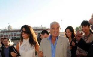 Jean-Paul Belmondo et Barbara Gandolfi arrivent au concert de Johnny Hallyday le 29 juin 2009.