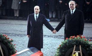 Le Président français François Mitterrand (à gauche) et le chancelier allemand Helmut Kohl (à gauche) scellent l'entente retrouvée à Verdun, le 22 septembre 1984.