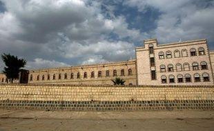 Cinq personnes, dont deux civils, ont été tuées et 17 autres blessées mardi dans l'attaque de soldats fidèles à l'ancien président Ali Abdallah Saleh contre le siège du ministère de la Défense à Sanaa, a indiqué à l'AFP une source militaire.