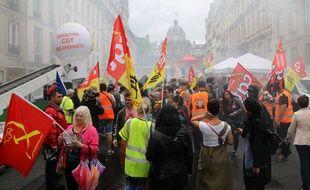 Une manifestation de cheminots de la SNCF devant le Sénat, mardi 29 mai, alors que la haute assemblée commençait l'examen de la réforme ferroviaire.