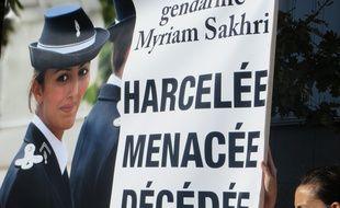 Les proches de la gendarme Myriam Sakhri ont manifesté le 24 octobre devant le palais de justice de Lyon.