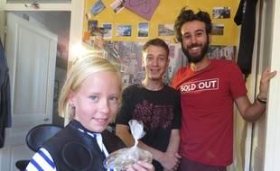 John (à droite) et Christophe de l'association Clandest'hair coupent des cheveux gratuitement depuis deux mois pour aider les malades du cancer.