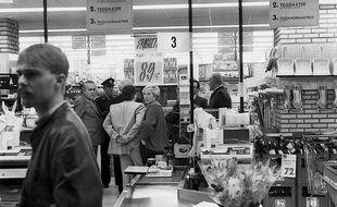 La police arrive au supermarché Delhaize d'Alost, en Belgique, le 9 novembre 1985. les tueurs de Brabant ont fait 8 morts et 9 blessés.