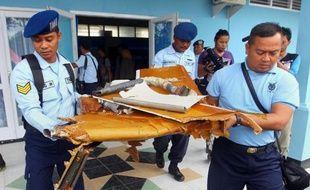 Des débris de l'avion d'AirAsia transportés par des militaires indonésiens le 2 janvier 2015 sur la base militaire de Pangkalan Bun