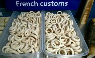 Des bracelets en ivoire retrouvés à l'aéroport Roissy-Charles de Gaulle de Paris par les douanes, le 10 décembre 2015