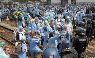 Des infirmiers-anesthésistes bloquent les rails de la gare Montparnasse à Paris, mardi 18 mai 2010.