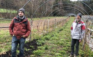 Emeric Duclaux (à gauche), 28 ans, a repris depuis le 1er janvier l'exploitation de Bernard Cottier à Rosières en Haute-Loire.