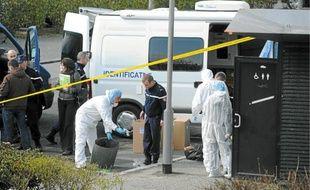 Des techniciens d'investigation criminelle ont investi lundi les lieux du drame.