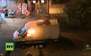 Capture d'écran d'une vidéo tournée à Athènes, où l'on peut voir un van brûler.