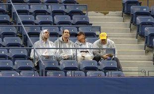 Des spectateurs prennent leur mal à patience à l'US Open, le 12 septembre 2010 à New-York.
