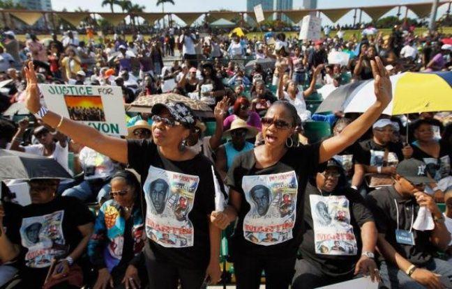 Les parents de Trayvon Martin, le jeune Noir qui a été tué en Floride il y a un peu plus d'un mois, ont demandé lundi au ministère de la Justice d'enquêter sur les décisions prises par un procureur le jour de ce fait divers qui a marqué l'opinion publique américaine.