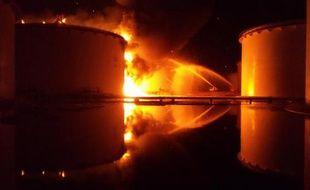 Un incendie ravageant un immense dépôt de stockage d'hydrocarbures près de Tripoli le 28 juillet 2014