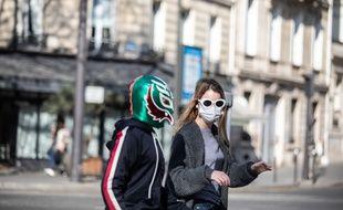 Jeux de masques, pendant le covid-19 a Paris. (Illustration)
