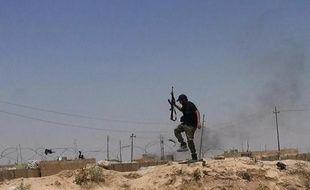 Une image du compte Twitter de Al-Baraka datée du 11 juin 2014 montre un militant présumé du groupe jihadiste de l'Etat Islamique à la frontière de l'Irak et la Syrie