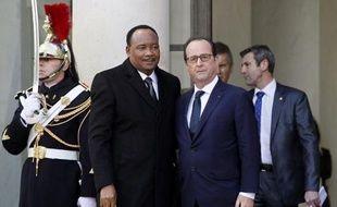 """Le président du Niger, Mahamadou Issoufou, est accueilli le 11 janvier 2015 à l'Elysée par le président François Hollande, peu avant la """"Marche républicaine"""" en hommage aux 17 victimes des attentats dans la région parisienne"""