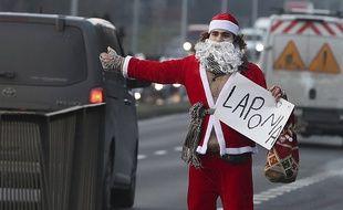 Si la grève des transports se poursuit, le Père Noël pourrait faire de l'auto-stop pour livrer ses cadeaux.