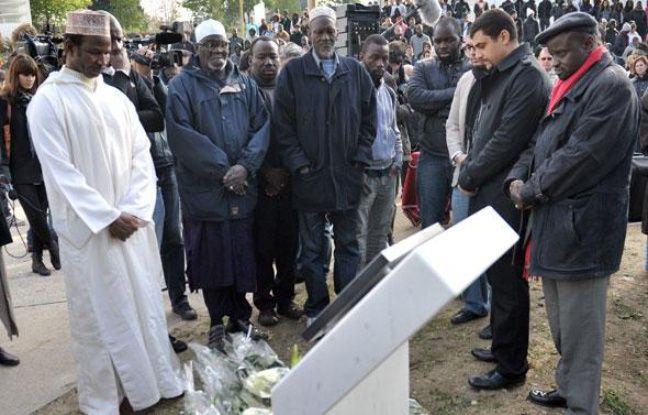 Les proches de Zyed et Bouna devant une plaque commémorative à Clichy-sous-Bois, le 27 octobre 2010.