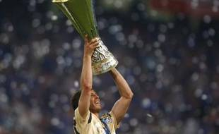 Le joueur du Zenith Saint-Petersbourg, Radek Sirl, soulevant le trophée de la coupe de L'UEFA, le 14 mai 2008, à Manchester.