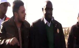 Capture d'écran d'une vidéo montrant Moustafa Dabi (à droite), à Homs, en Syrie, le 27 décembre 2011.