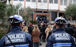 A La Ciotat, les fonctionnaires se sont rassemblés devant la mairie.