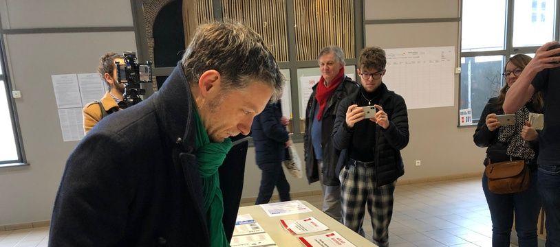 Le candidat (EELV) Stéphane Baly avait pris symboliquement les bulletins de Martine Aubry (PS) et Julien Poix (LFI) lors du premier tour, le 15 mars 2020, à Lille.