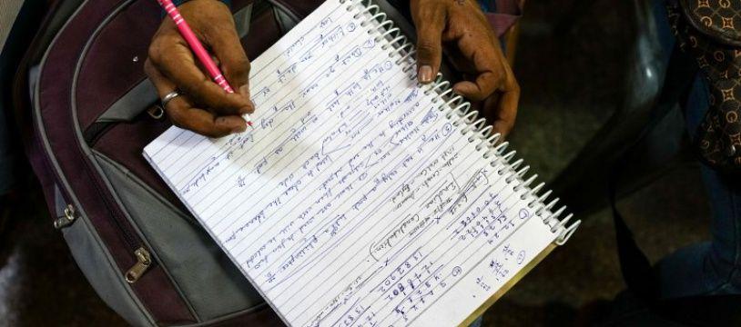 Un étudiant prenant des notes de cours. Illustration.