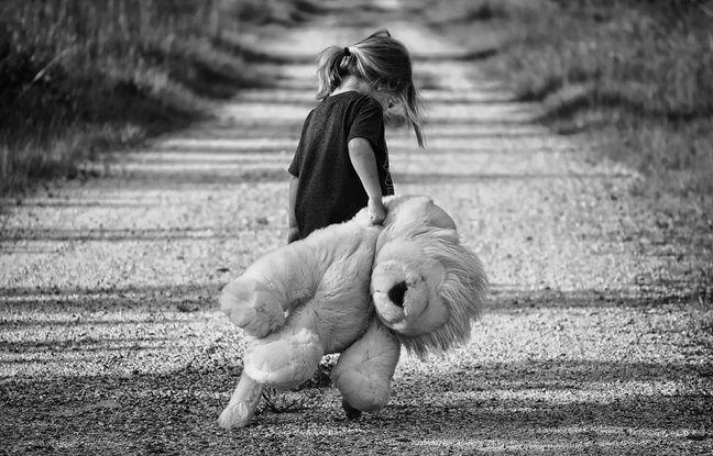 Petite fille avec un ours en peluche. Certaines petites filles commencent à entrer dans leur puberté avant 10 ans, un phénomène qu'on nomme puberté précoce ou avancée.