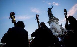 Les contrebasses de l'Orchestre debout le 30 avril, sur la place de la République.