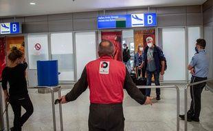 Des passagers arrivent à l'aéroport d'Athènes lundi 15 juin, avec la réouverture des frontières du pays qui espère recevoir beaucoup de touristes pour sa saison estivale.