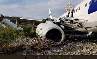 L'avion de la compagnie russe UTair airlines, qui transportait 166 passagers et six membres d'équipage, a glissé dans une rivière, une aile endommagée, avant de prendre feu.
