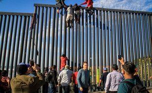 Des migrants tentent de franchir illégalement la frontière entre le Mexique et les Etats-Unis près de Tijuana, le 19 mars 2019.