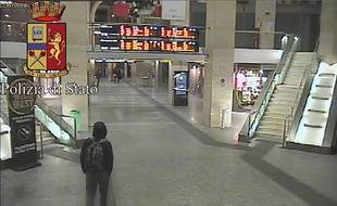 Sur cette photo issue d'une caméra de surveillance fournie par la police italienne, un homme présenté comme Anis Amri marche à travers la gare ferroviaire de Turin, le 22 décembre 2016.