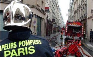 """Un violent incendie, qui s'est déclenché samedi vers 08H30 dans un entrepôt d'archives situé dans la cour d'un immeuble d'habitations de l'île Saint-Louis, à Paris, a été """"circonscrit"""" à 09H45, sans faire de victimes, selon"""