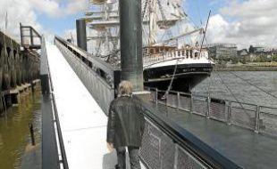 Le ponton est collé au quai de la Fosse.