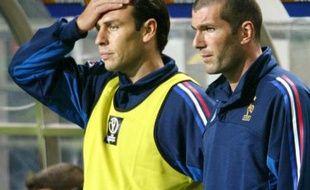 Alain Boghossian (à gauche) et Zinedine Zidane (à droite) sur le banc de l'équipe de France de football, le 31 mai 2002 lors de France - Senegal (0-1).