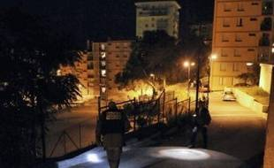 Trois adolescents d'origine maghrébine ont été blessés, dont un sérieusement à l'oeil, par quatre tirs de fusil de chasse, vendredi vers 22h30, dans un quartier populaire sur les hauteurs d'Ajaccio, dans ce qui semble être une agression à caractère raciste.