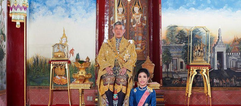 Le roi de Thaïlande, Maha X, et sa concubine officielle, Sineenat.