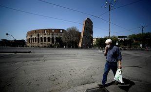 Un homme est allé faire des courses à Rome, en Italie