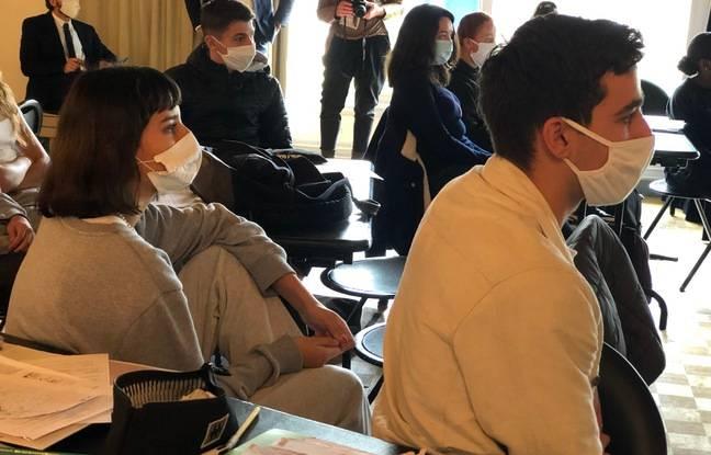 Les élèves du lycée Montesquieu écoutent avec attention la prestation de leurs camarades lors d'un exercice de préparation du grand oral du bac.