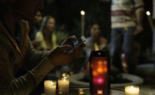 La Pulse 2 de JBL sonorise et illumine nos soirées.