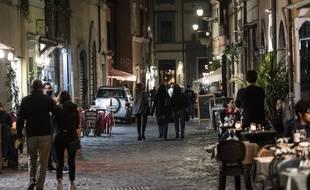 L'Italie a adopté dimanche 25 octobre de nouvelles mesures restrictives: bars et restaurants devront arrêter de servir à 18h.