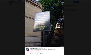 Des panneaux de la mairie de Paris ont affiché des messages «Fillon, rends l'argent», le 21 avril 2017.