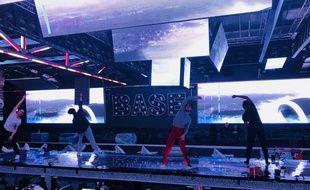 Les danseurs répètent leur show avant l'ouverture de la boite de nuit.