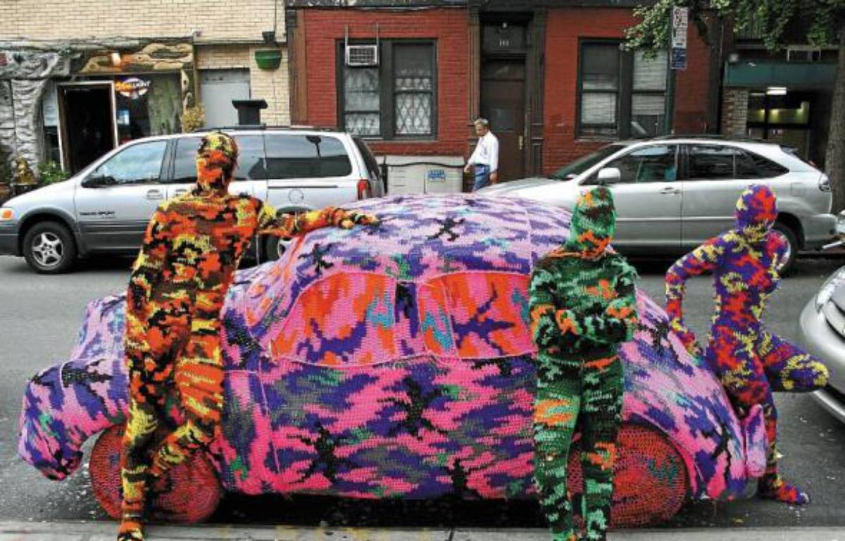 Comme sur ce taxi à Londres en 2011, l'artiste polonaise Olek recouvre le monde de crochet. –  Olek /REX/SIPA
