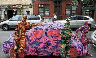 Comme sur ce taxi à Londres en 2011, l'artiste polonaise Olek recouvre le monde de crochet.