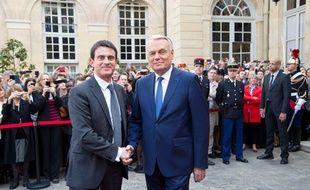 La passation de pouvoir entre Manuel Valls et Jean-Marc Ayrault à Matignon, le 1er avril 2014.