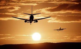 Un avion au soleil couchant